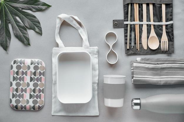 Kreative draufsicht, abfallfreies lunchpaket, lunchbox zum mitnehmen auf baumwolltasche, organizer für bambusbesteck, bambus-lunchbox und wiederverwendbare tasse.
