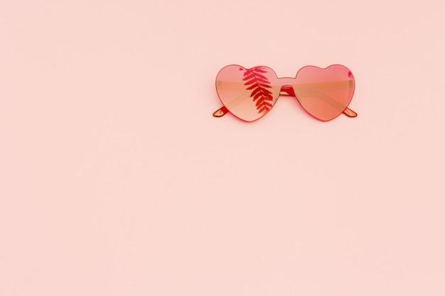 Kreative draufsicht mit moderner sonnenbrille minimales sommerkonzept