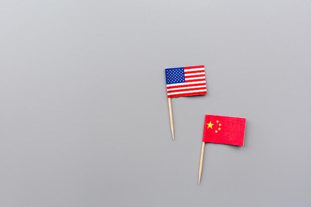 Kreative draufsichtebenenlage von usa- und china-flaggen