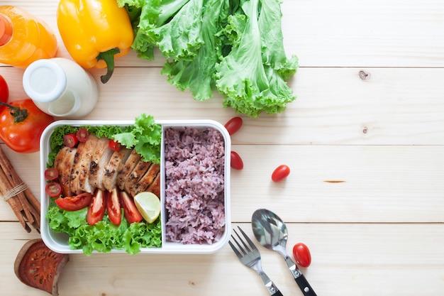 Kreative flache lage der gegrillten hühnerbrust und des dampfreises im lebensmittelbehälter