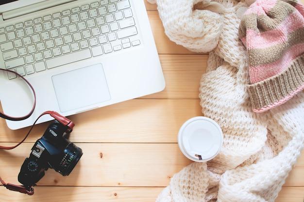 Kreative flache lage des artikels des reisenden, laptop-computer, kamera. reise- und lifestyle-konzept
