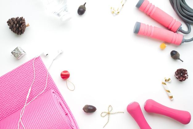 Kreative flache lage von weihnachtsgeschenken mit sportausrüstung, gesundes konzept für neues jahr