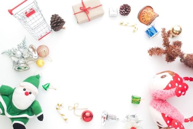 Kreative flache lage von weihnachtsverzierungen und -dekorationen auf weißem hintergrund