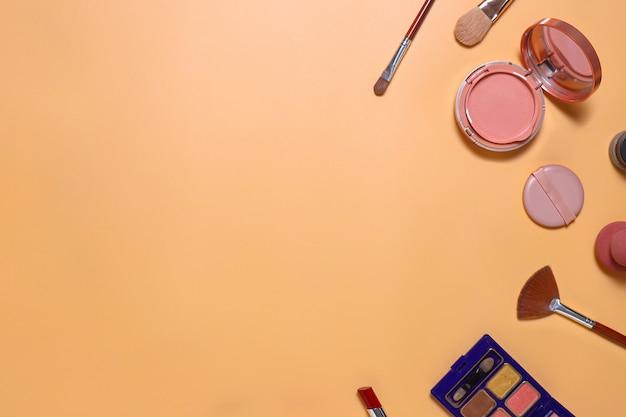 Kreative flache zusammensetzung des make-up-sets mit kopierraum