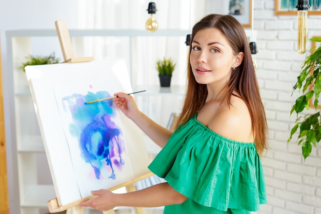Kreative frau, die im kunststudio arbeitet