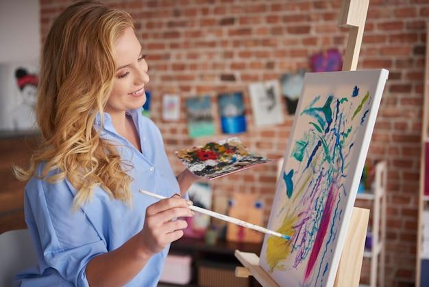 Kreative frau, die in ihrer werkstatt arbeitet