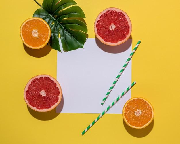 Kreative fruchtzusammensetzung auf gelbem hintergrund mit harten schatten