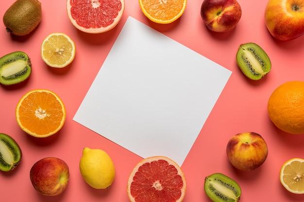 Kreative fruchtzusammensetzung auf rosa hintergrund mit harten schatten