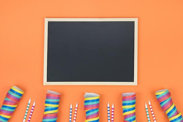 Kreative geburtstagsfeierdekoration. draufsicht mit platz für text