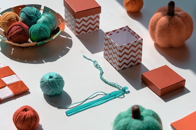 Kreative geometrische anordnung von bastelmaterialien zum stricken und häkeln.