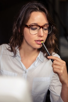 Kreative geschäftsfrau, die an arbeit denkt