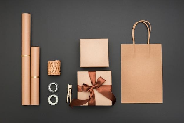 Kreative geschenkverpackungskomposition der draufsicht auf dunklem hintergrund