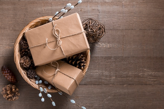 Kreative geschenkverpackungszusammensetzung der draufsicht auf hölzernem hintergrund