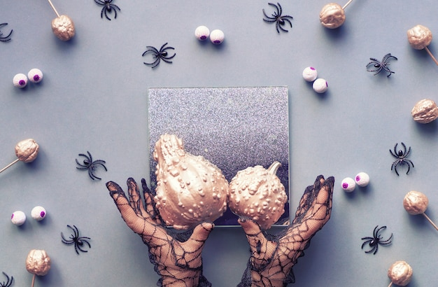 Kreative halloween-wohnung lag in grau und rosa mit spinnen und süßigkeitenaugen