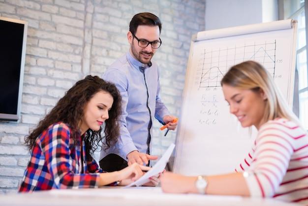 Kreative junge geschäftsleute und architekten arbeiten im büro zusammen