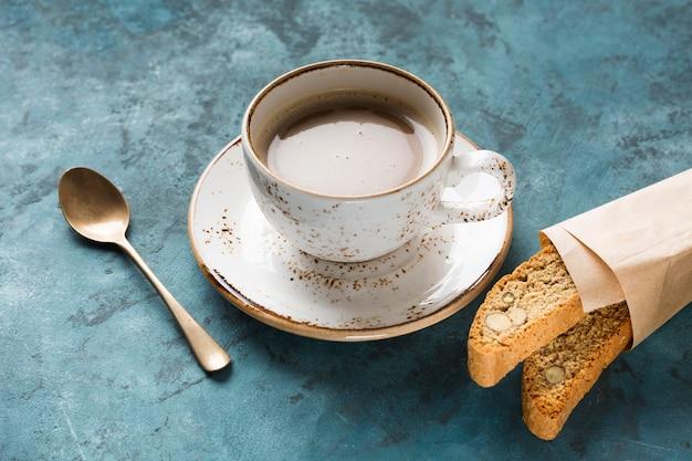 Kreative kaffeeanordnung mit hohem winkel