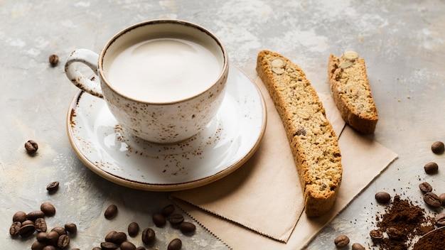 Kreative kaffeekomposition mit hohem winkel