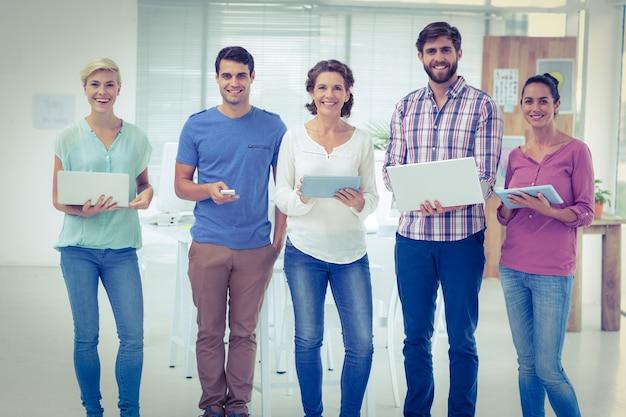 Kreative kollegen mit laptop und digitalem tablettenbüro