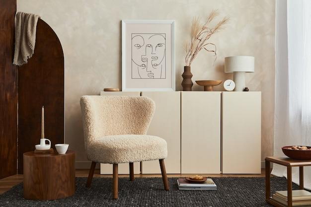 Kreative komposition aus gemütlicher wohnzimmereinrichtung mit mock-up-posterrahmen, flauschigem sessel, klappschirm, couchtisch, kommode und persönlichen accessoires. moderner stil. vorlage.