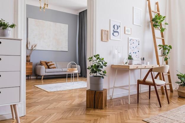 Kreative komposition aus stilvollem scandi-home-office-innendesign mit mock-up-posterrahmen, holzschreibtisch, stuhl, pflanzen und accessoires neutrale wände, parkettboden. vorlage.