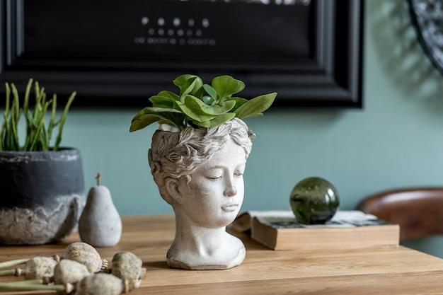 Kreative komposition aus stilvollem skandinavischen interieur mit holzkonsole, pflanzen in designtöpfen und accessoires. grüne wände. einzelheiten. herbststimmung.
