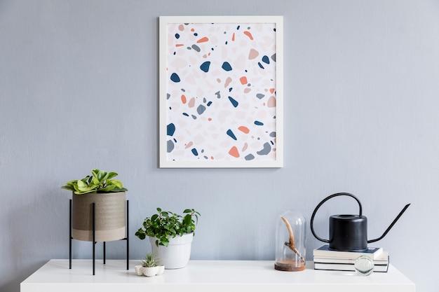 Kreative komposition aus stilvollem wohnzimmerdesign mit posterrahmen, weißer kommode, pflanzen und accessoires. modernes skandinavisches konzept. weiße wände, parkettboden.