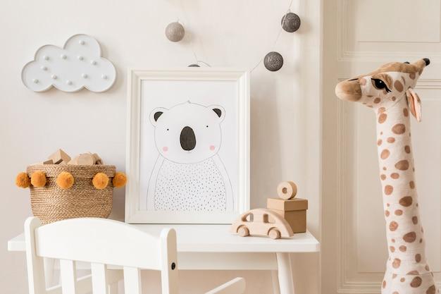 Kreative komposition aus stilvoller und gemütlicher kinderzimmereinrichtung mit rahmen, spielzeug und plüschtieren, weißen möbeln und accessoires. weiße wände und parkettboden.