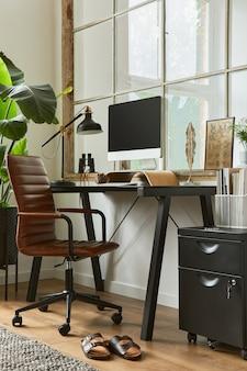 Kreative komposition des modernen maskulinen home-office-arbeitsbereichs mit schwarzem industrieschreibtisch, braunem ledersessel, pc und stilvollen persönlichen accessoires. vorlage.