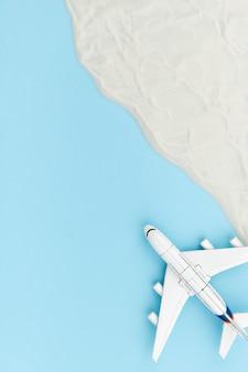 Kreative komposition mit spielzeugflugzeug und sand. reiseurlaubskonzept