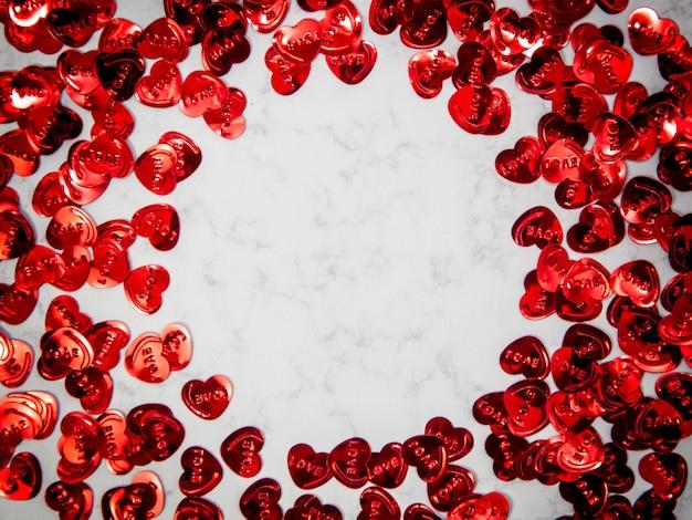 Kreative komposition von herzformobjekten mit kopienraum auf marmorhintergrund, glücklicher valentinstag, muttertag, flache lage, draufsicht