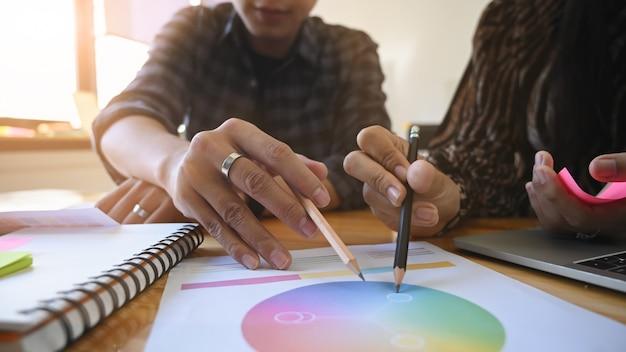 Kreative kreative kreativität der designerarbeit mit papierfarbrad mit nahaufnahme.