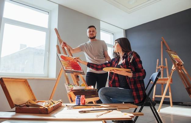Kreative künstler malen ein buntes bild auf leinwand mit ölfarben