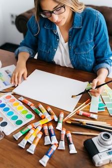 Kreative künstlerin hält pinsel an
