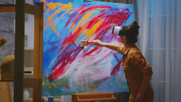 Kreative künstlermalerei mit vr-headset im studio.