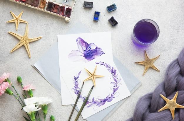 Kreative malerei aus hellen aquarellfarben, buntstiften, pinseln zum zeichnen von blumen. draufsicht
