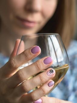 Kreative maniküre mit gemaltem virus auf den nägeln.