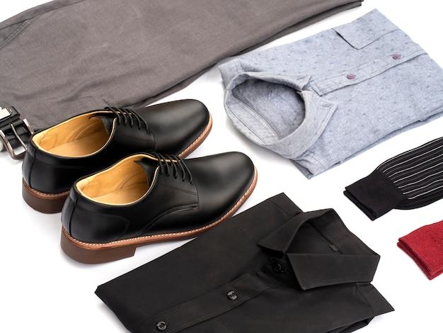 Kreative mode für den freizeitkleidungssatz der männer lokalisiert auf weiß.