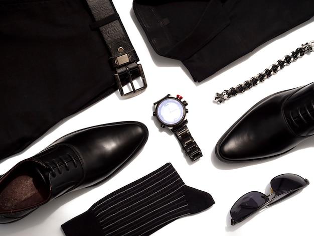 Kreative modeausstattungen für die freizeitbekleidung der männer stellten alles schwarze einzelteil ein, das auf weiß lokalisiert wurde. ansicht von oben