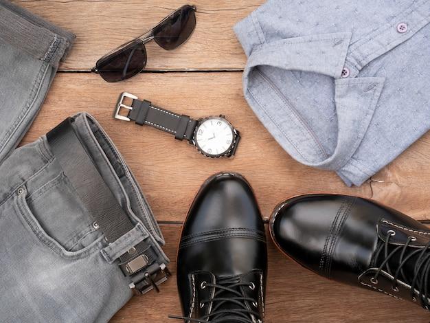 Kreative modeausstattungen für die freizeitbekleidung der männer stellten auf hölzernes ein. ansicht von oben