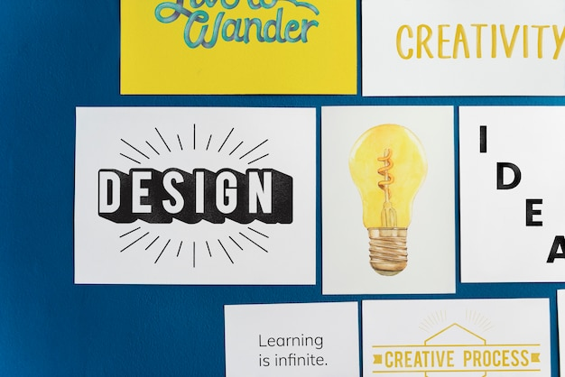 Kreative postkarte stellte auf eine blaue wand ein