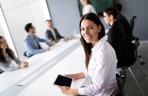 Kreative professionelle geschäftsleute, die im büro an geschäftsprojekten arbeiten
