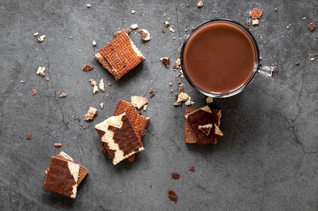 Kreative schokoladenanordnung auf dunklem hintergrund