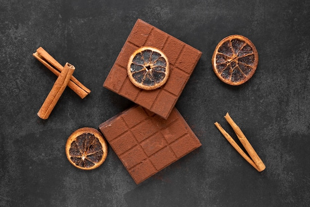 Kreative schokoladenanordnung der draufsicht auf dunklem hintergrund