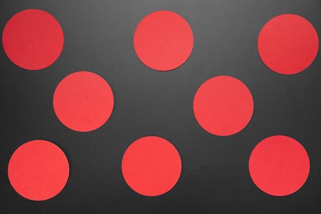 Kreative schwarze freitagkomposition mit roten kreisen