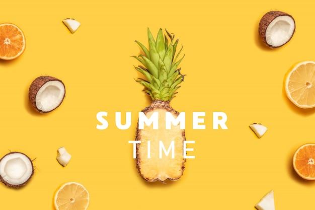 Kreative sommerzusammensetzung von tropischen fruchtsäften auf einem gelben hintergrund