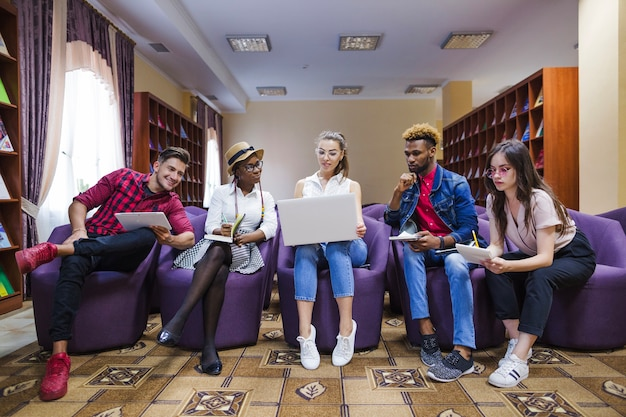 Kreative studenten arbeiten mit laptop zusammen