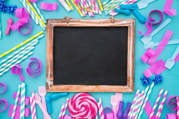 Kreative süße geburtstagsdekoration mit schiefer