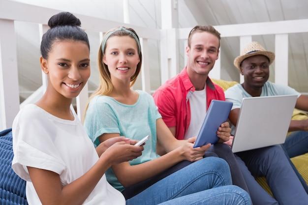 Kreative teampersonen mit laptop-mobiltelefon und digitaler tablette