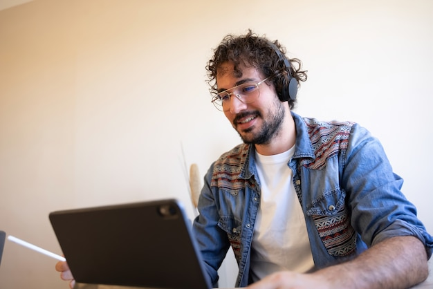 Kreative telearbeit mit seinem laptop