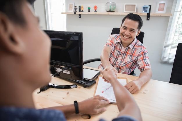 Kreative treffen erhalten einen deal, indem sie dem team die hand geben